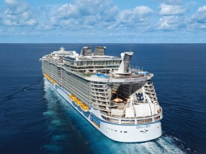 Advantages of cruise meetings include multiple dining venues on Oasis of the Seas.